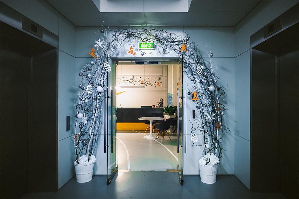 Украшение дверей арок к новому году рисунок 3