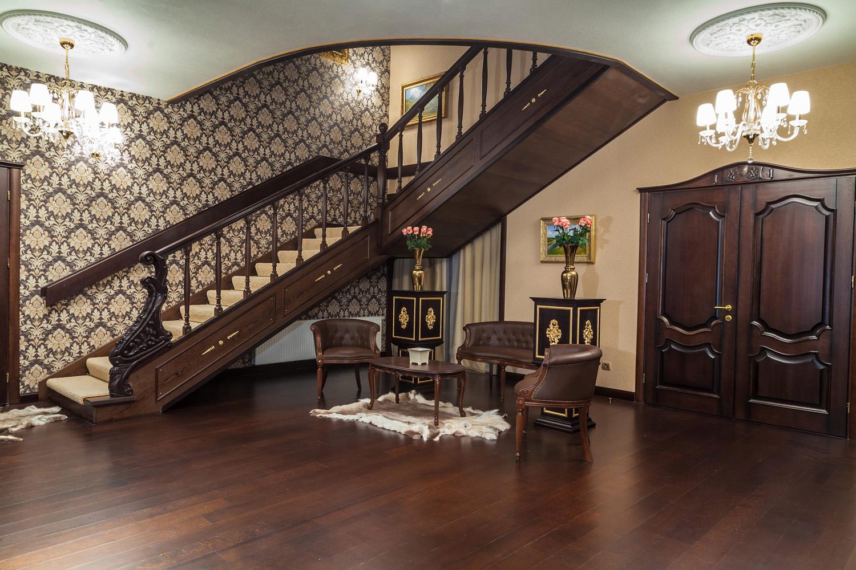 Дизайн лестницы большой прихожей