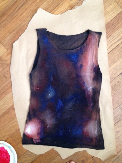 Процесс сушки футболки