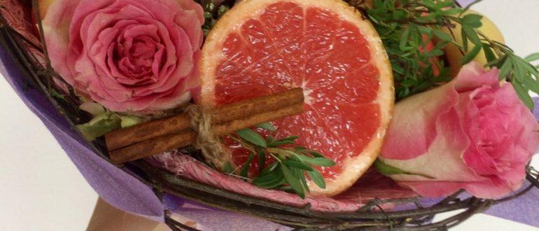 Букет из фруктов и цветов на каркассе