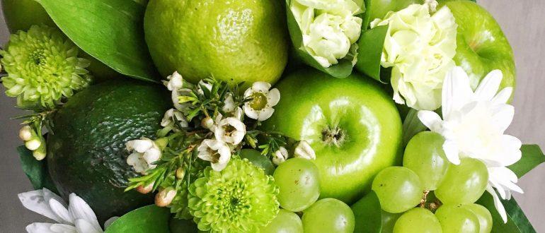 Букет из фруктов и цветов Зеленая лужа