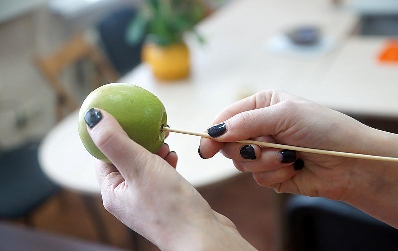 Фиксация фруктов на шпажках
