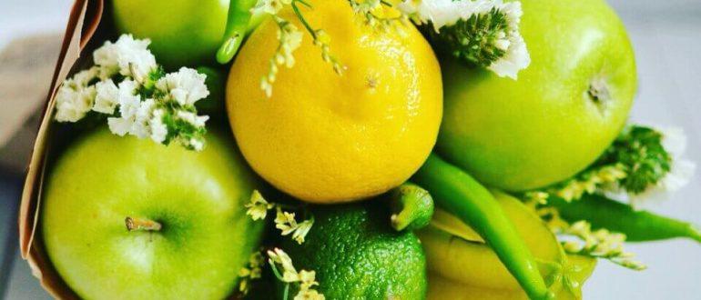 Желтый букет из фруктов с цветами