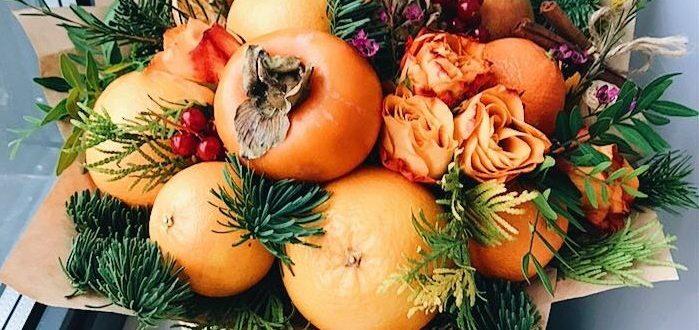 Композиция из фруктов и цветов в корзине