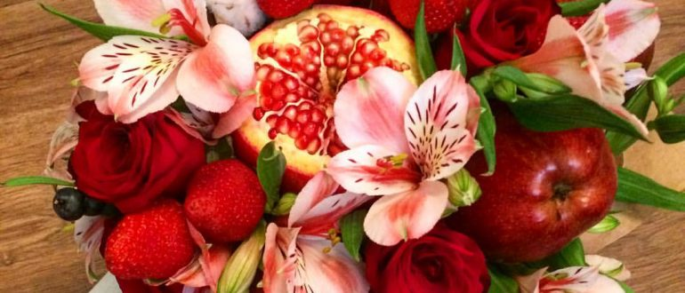 Красный букет с цветами