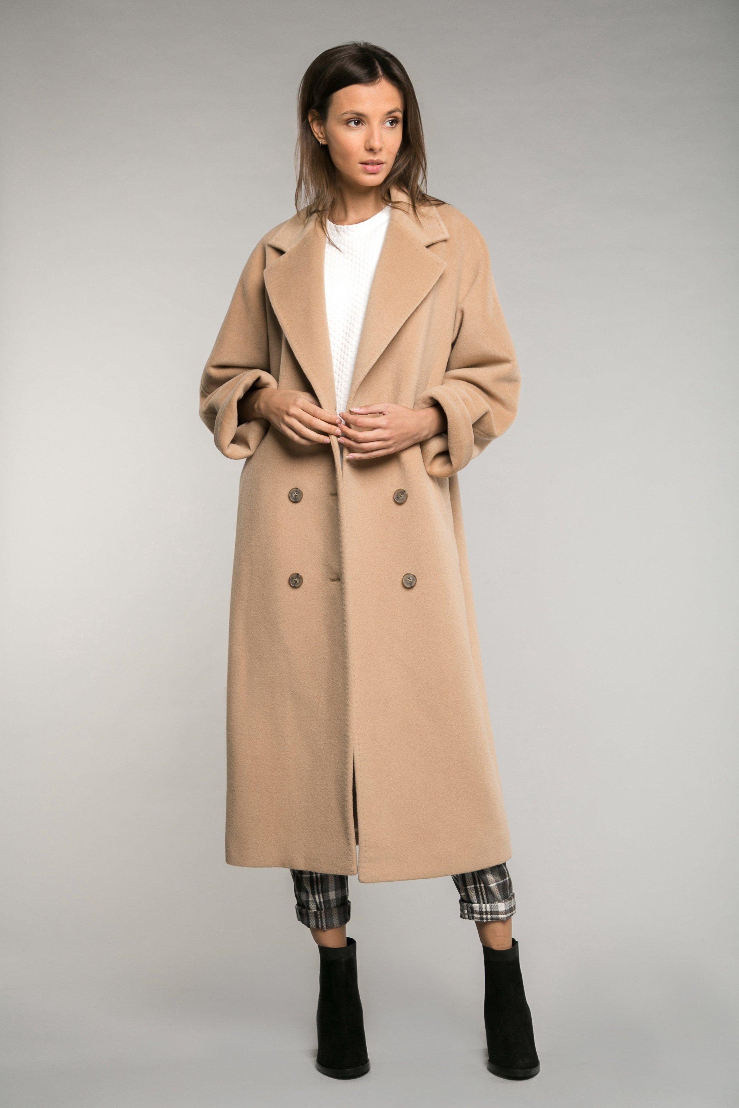 Двубортное бежевое пальто