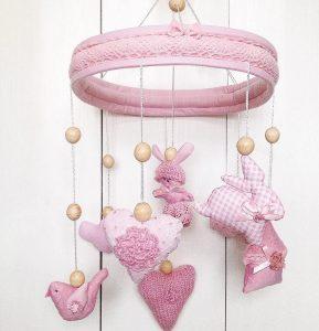 Розовый мобиль