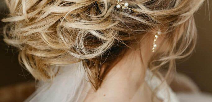 Свадебная прическа на волосы средней длины с заколкой