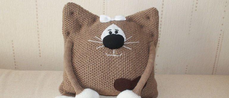 Вязанные декоративные подушки коты